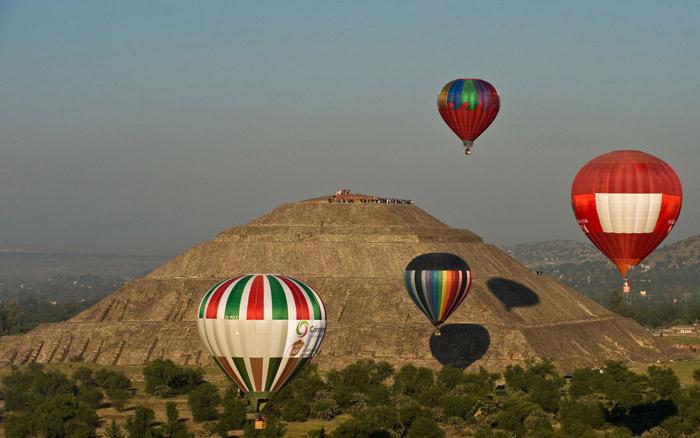 Globos frente a la pirámide del sol de Teotihuacan