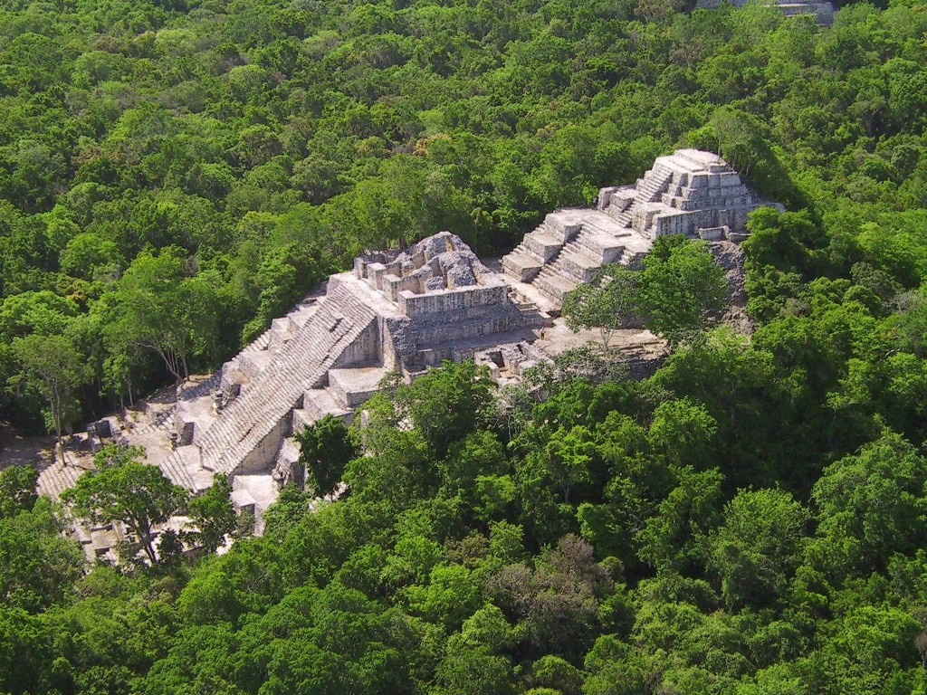 El yacimiento de Calakmu entre la frondosa selva