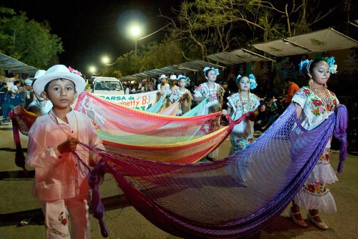 Los niños ataviados con trajes típicos de la región