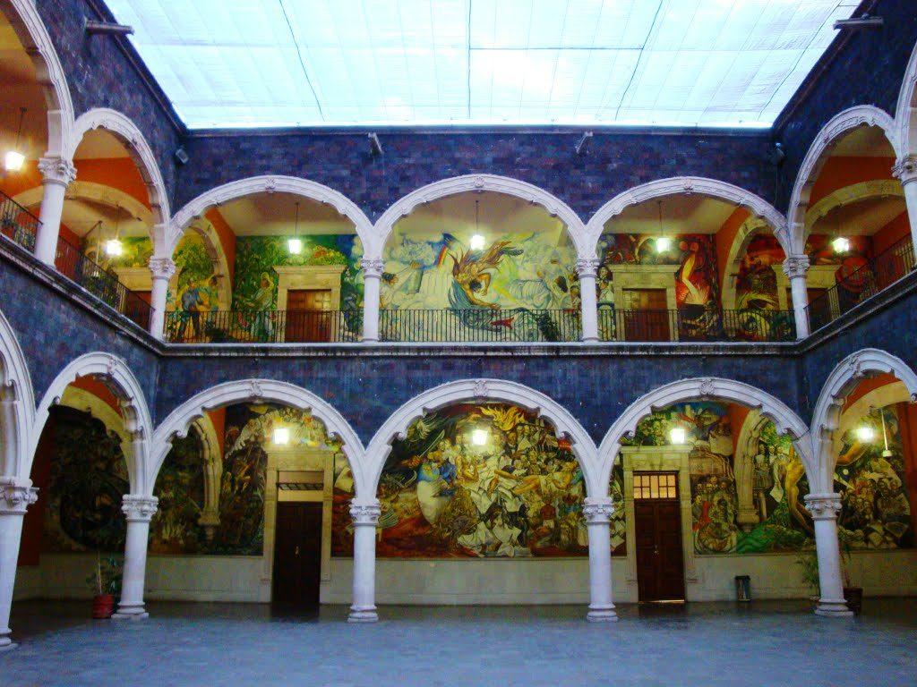 Interior del Palacio de Gobierno con sus pintorescos morales obra de Oswaldo Barra Cunningham, discípulo de Diego Rivera