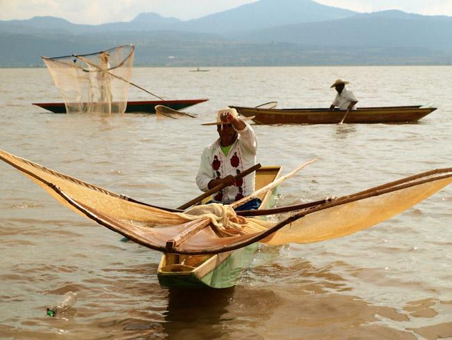 Pescadores con sus redes de mariposa en el lago Pátzcuaro