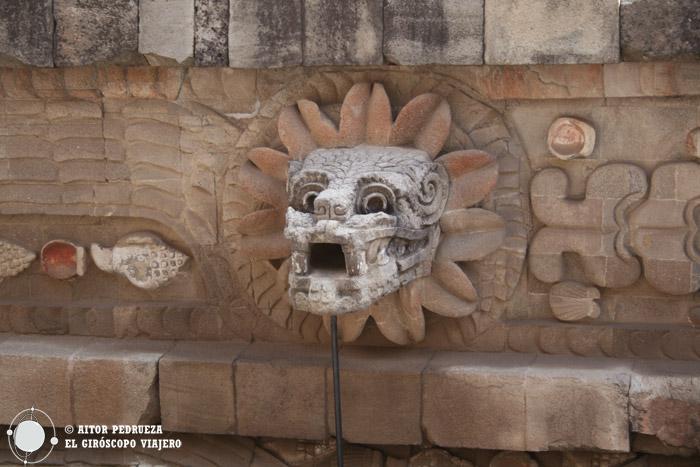 Serpiente emplumada del templo de Quetzalcoatl