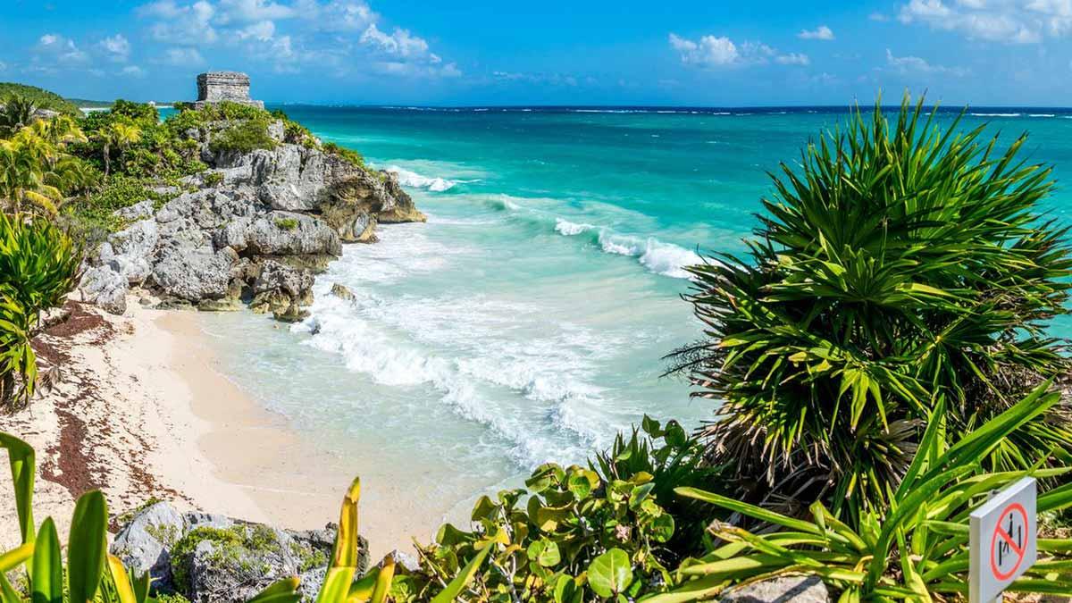 Playa junto a las ruinas mayas de Tulum