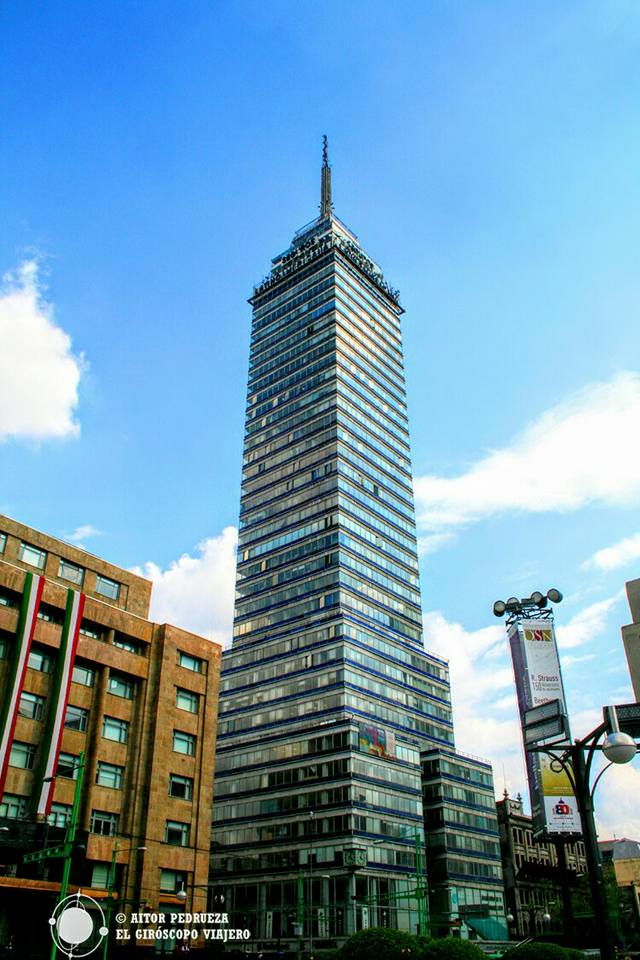 Imponente se alza la Torre Latinoamericana en pleno zócalo capitalino de la Ciudad de México.