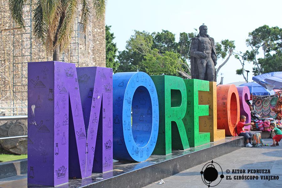 Letrero de Turismo Morelos frente al Palacio de Cortés en Cuernavaca