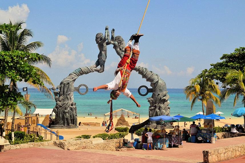 Voladores de Papantla en el Parque de los Fundadores de Playa del Carmen