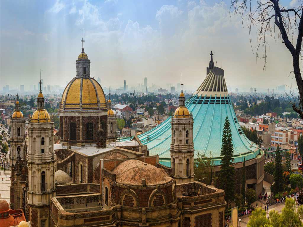 Vista de la antigua basílica y la nueva de la Virgen de Guadalupe