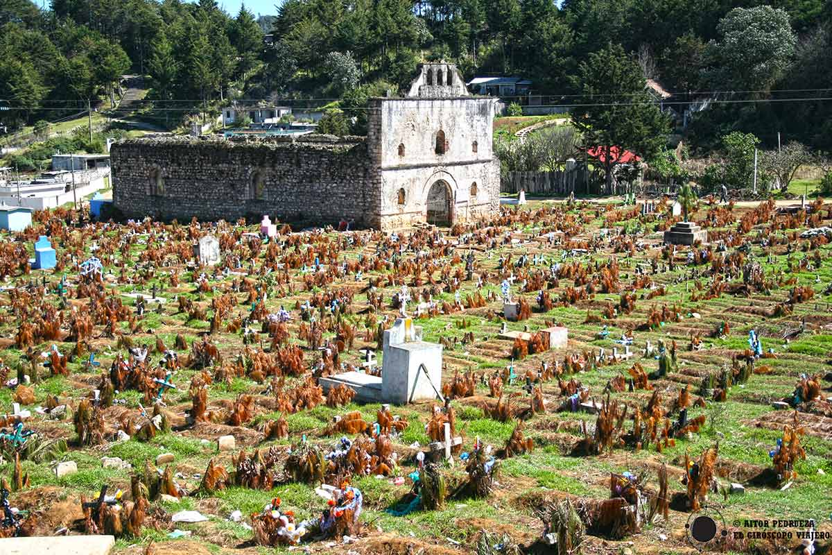 Templo de San Sebastián y cementerio de San Juan Chamula
