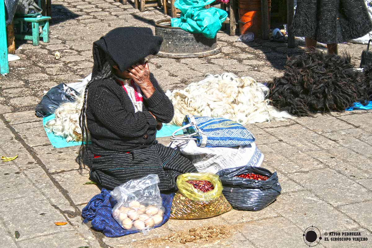Mujer chamula vendiendo productos en el mercado