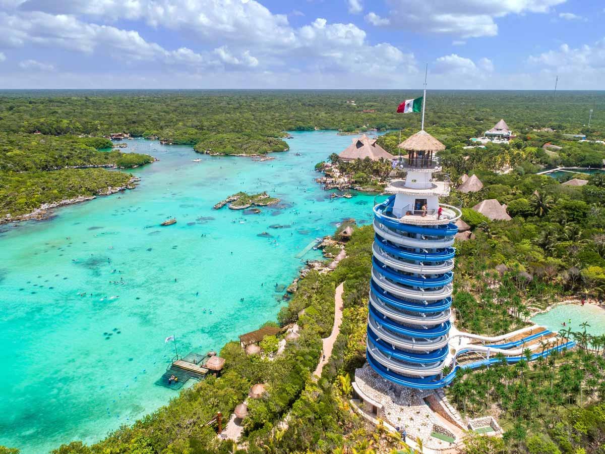 Vista del faro en el parque Xel-Há de Riviera Maya